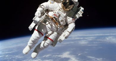 Почему звезды не видны на фотографиях космонавтов, выходящих в открытый космос?