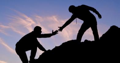 Помощь другим помогает вашему мозгу чувствовать меньше боли