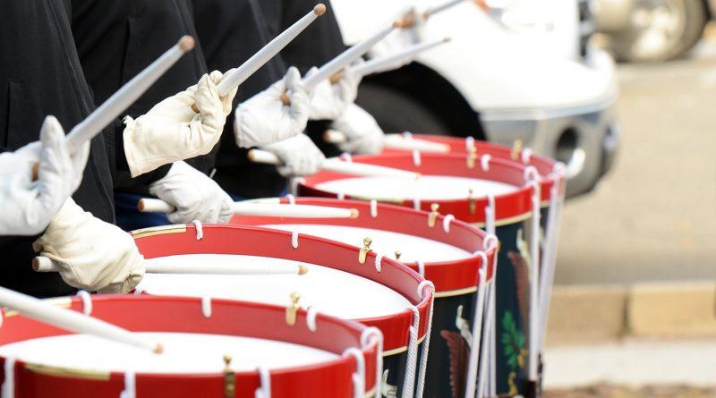 У людей, которые барабанят вместе, синхронизируется ритм сердцебиения
