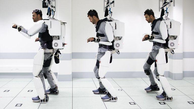 Парализованный мужчина ходит, используя управляемый мозгом экзоскелет