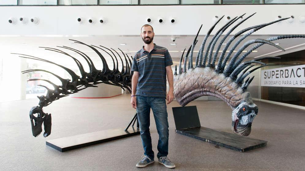 Автор исследования Пабло Галлина с моделью Bajadasaurus на выставке в Центре культурологии, Буэнос-Айрес