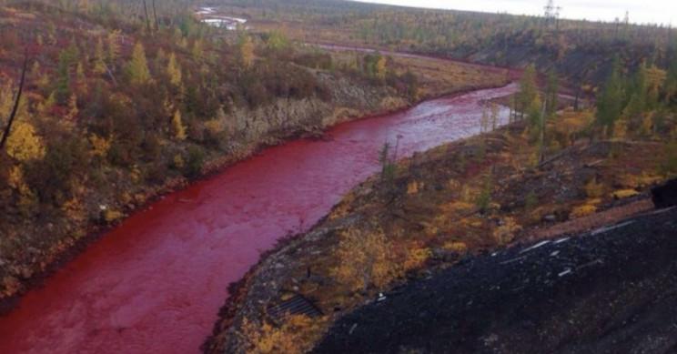 Чрезвычайное положение и красные реки в России из-за утечки топлива