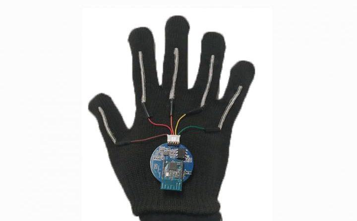 Перчатка переводит язык жестов