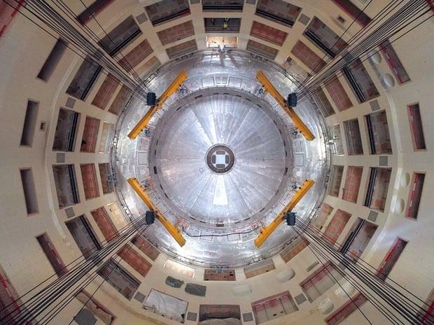 Первый кусок токамака ITER опускается на место.